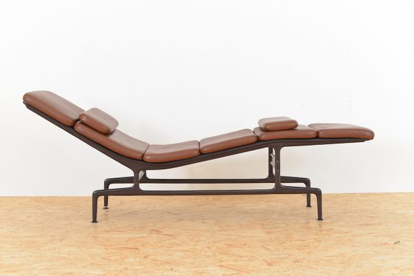Brown leather es 106 chaise longue by ray and charles for Chaise longue tours