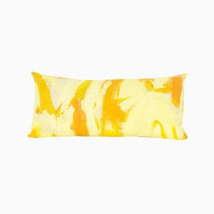 Cuscino rettangolare bicolore giallo dipinto a mano di Naomi Clark per Fort Makers