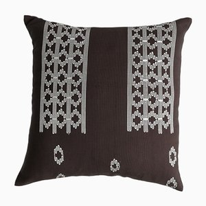 Dekoratives Edo Kissen in Braun und Weiß von Nzuri Textiles, 2015