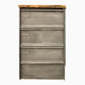 industrieller schrank aus stahl auf beinen bei pamono kaufen. Black Bedroom Furniture Sets. Home Design Ideas