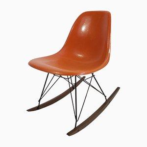 Sedia a dondolo in fibra di vetro arancione di Charles & Ray Eames per Vitra, anni '70