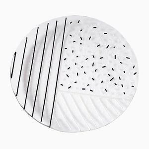 Piatto in vetro con motivo a righe e punti bianco e nero di Hilla Shamia