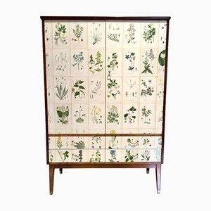 Hoher Wäscheschrank mit Nordens Flora Illustrationen von C.A. Lindman