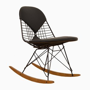 Sedia a dondolo di Charles & Ray Eames per Vitra