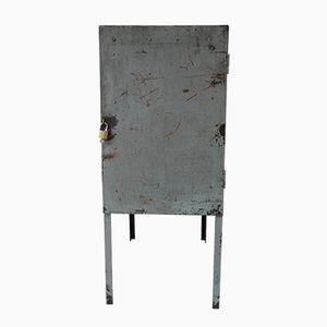 Industrieller Schrank aus Stahl auf Beinen