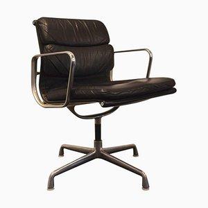 Sedia con schienale basso EA 208 in pelle imbottita e placcato in cromo di Charles & Ray Eames per Vitra