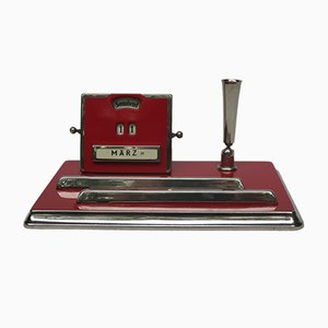 Set da scrittura Bauhaus con calendario perpetuo color rosso carminio e placcato in cromo di Jakob Maul