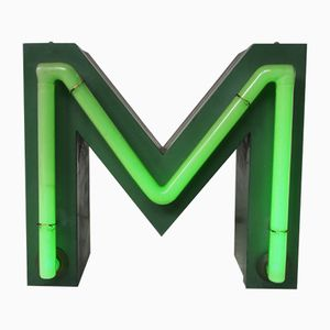 Lettera M vintage al neon