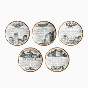 Piatti Ricette d'Italia in ceramica bianca e color oro di Piero Fornasetti, anni '60, set di 5
