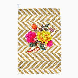 Florales und Gold Gestreiftes Geschirrtuch von Rana Salam Studio