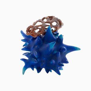 Kobaltblaue Skulptur mit Orangenfarbenen Aufsatz von Tessa Eastman