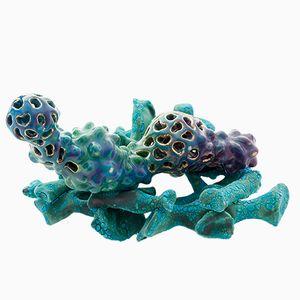 Kreatur in Knochennest Skulptur von Tessa Eastman