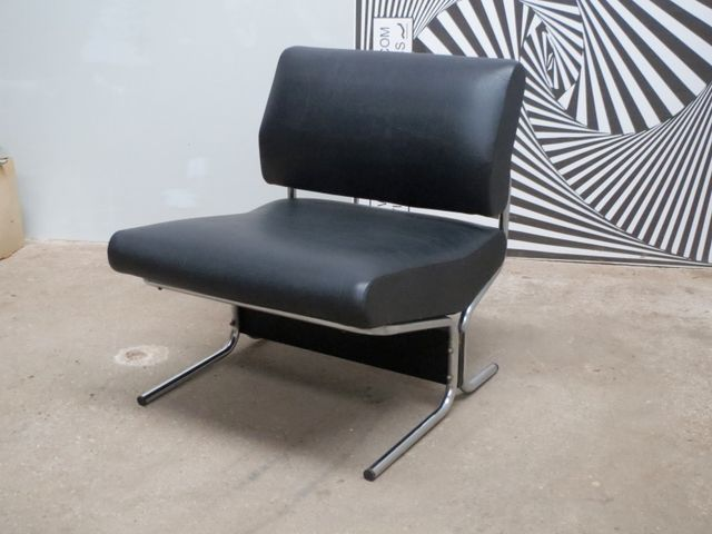 leather and chrome lounge chair by pierre guariche for. Black Bedroom Furniture Sets. Home Design Ideas
