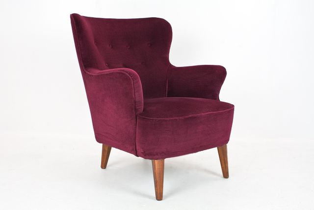 Burgundy velvet lounge chair by theo ruth for artifort for Burgundy chaise lounge