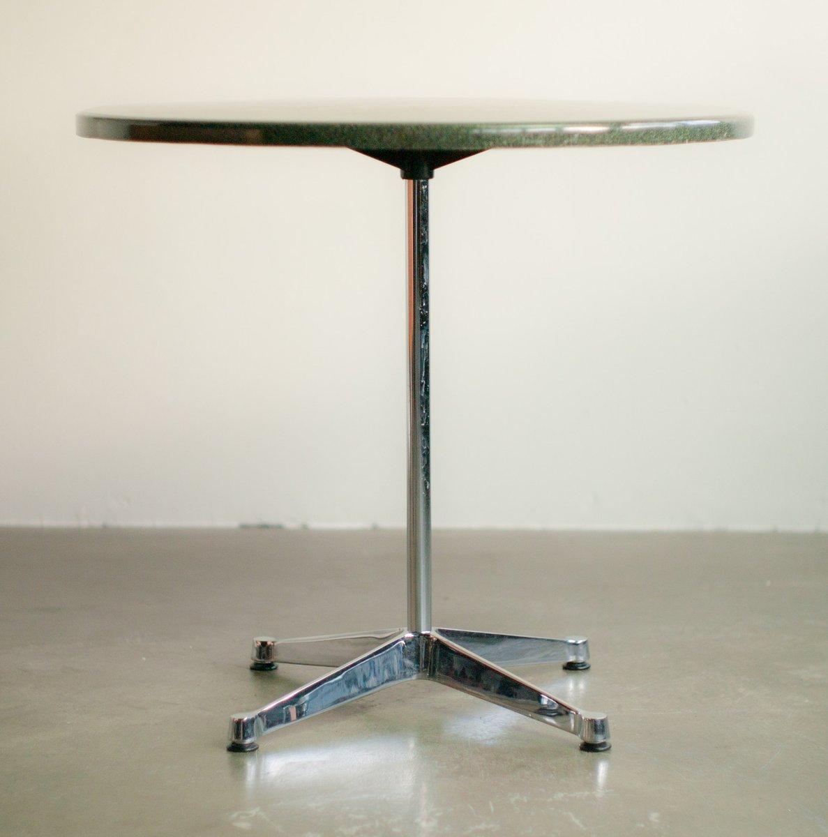kleiner tisch mit verchromten gestell von charles ray eames f r vitra bei pamono kaufen. Black Bedroom Furniture Sets. Home Design Ideas