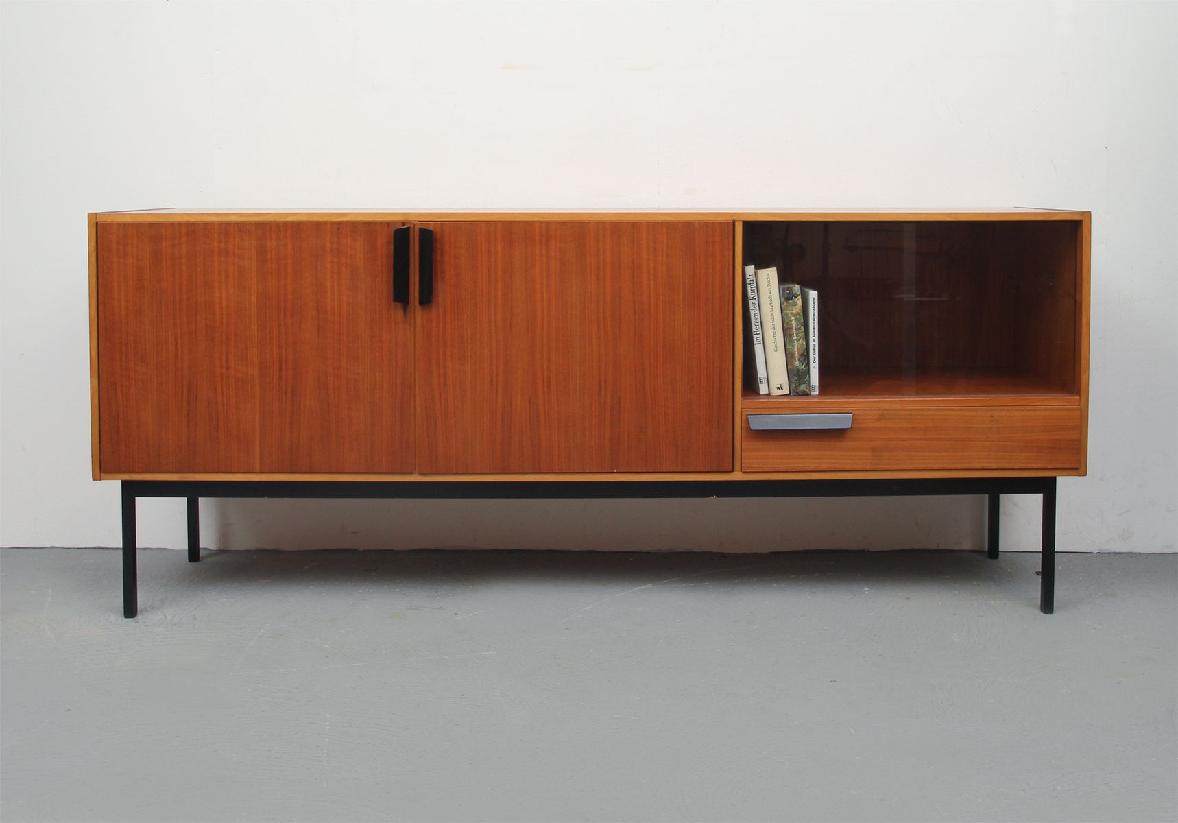 deutsches sideboard aus nussholz mit vitrine 1960er bei pamono kaufen. Black Bedroom Furniture Sets. Home Design Ideas