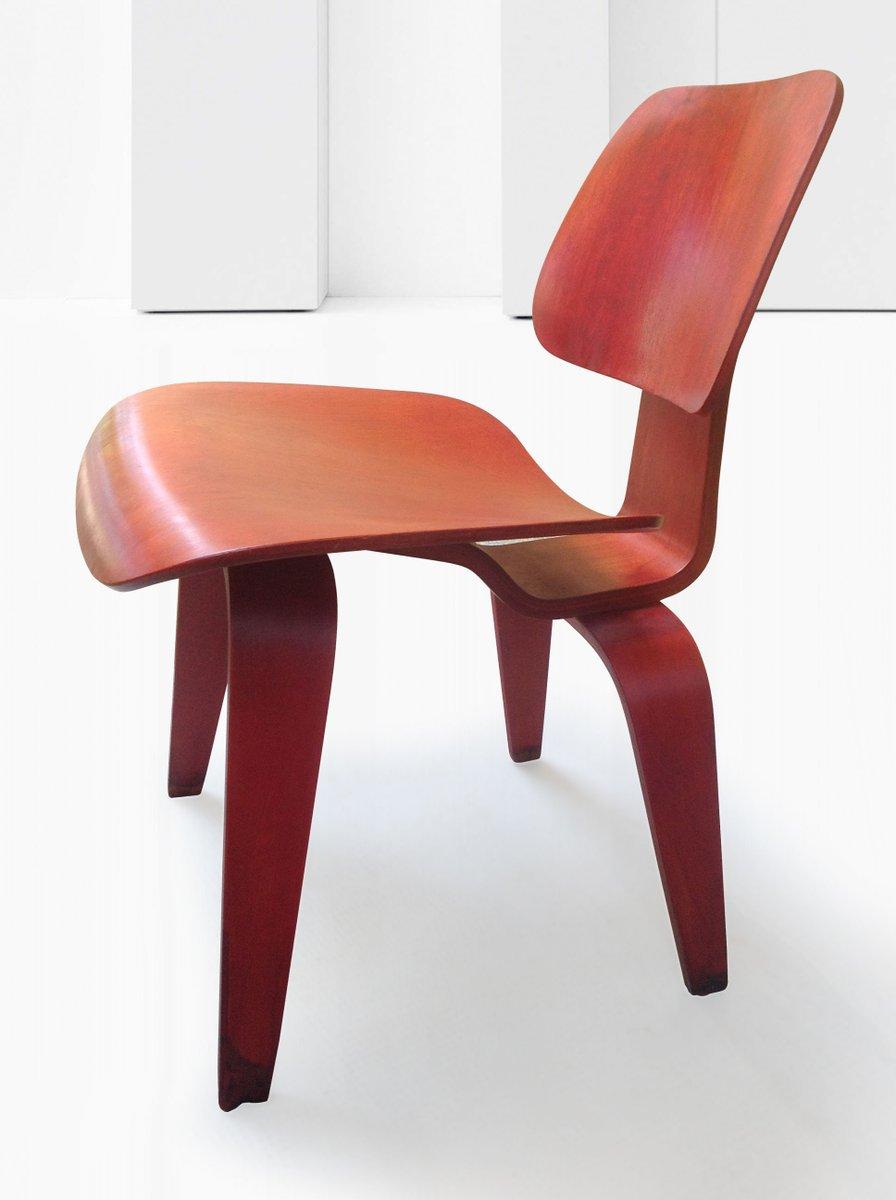 dcw stuhl aus rotem anilin von ray und charles eames f r. Black Bedroom Furniture Sets. Home Design Ideas