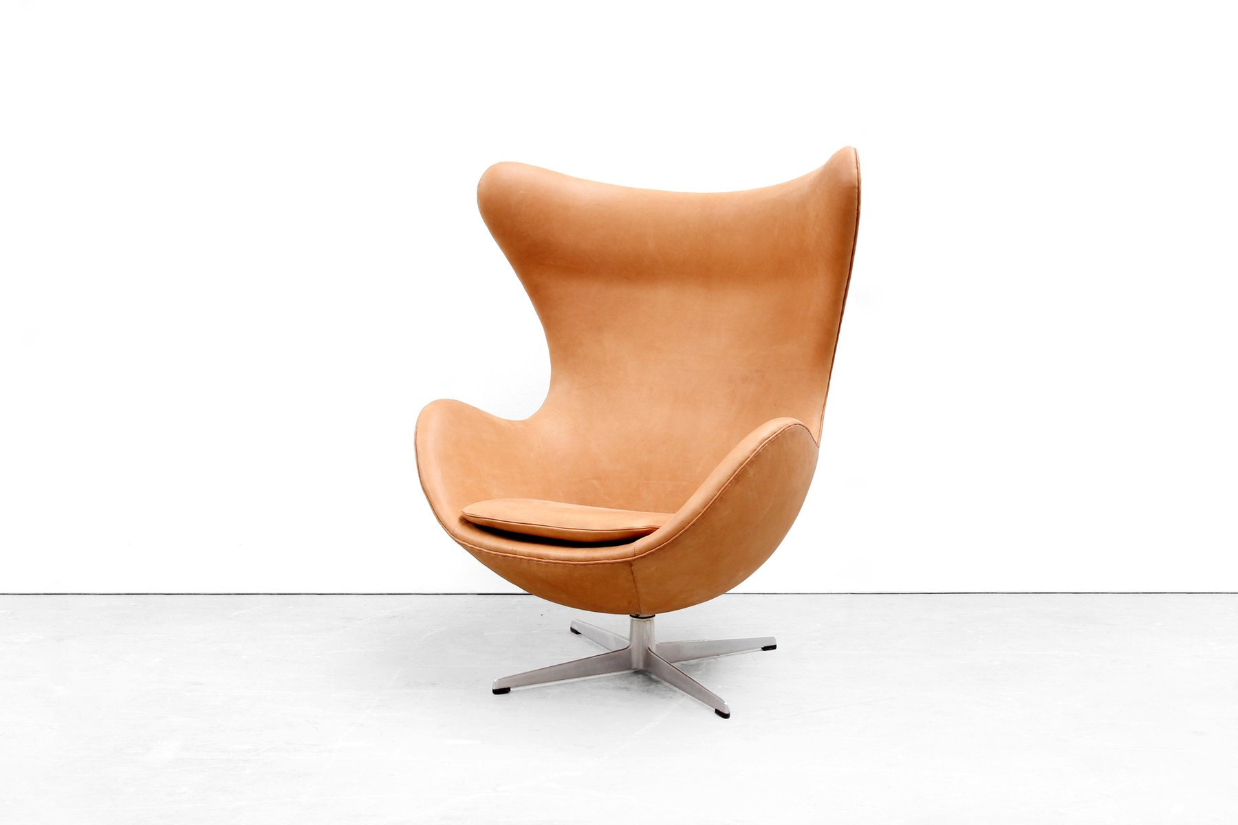 cognac leather egg chair by arne jacobsen for fritz hansen 1966 for sale at pamono. Black Bedroom Furniture Sets. Home Design Ideas