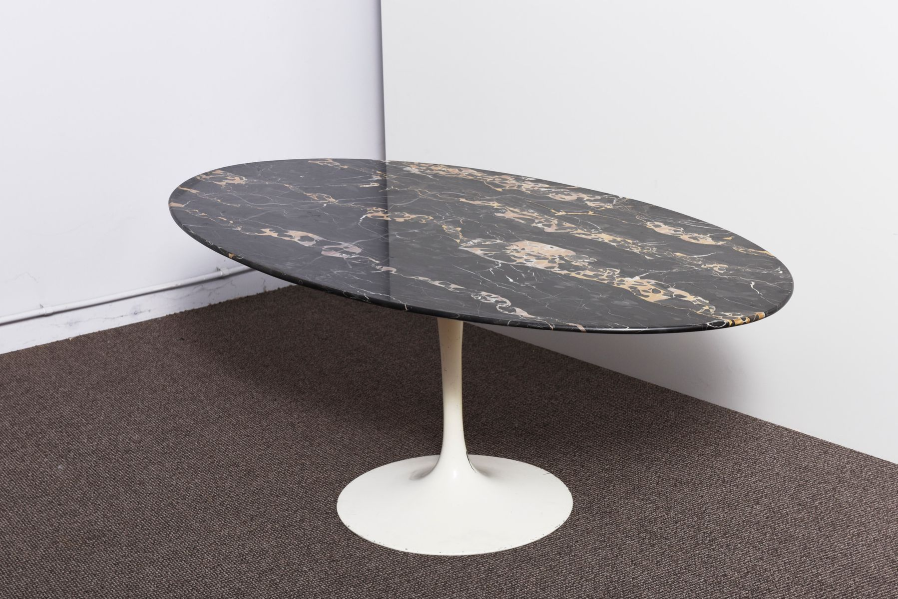 table basse tulip noire en marbre par eero saarinen pour. Black Bedroom Furniture Sets. Home Design Ideas