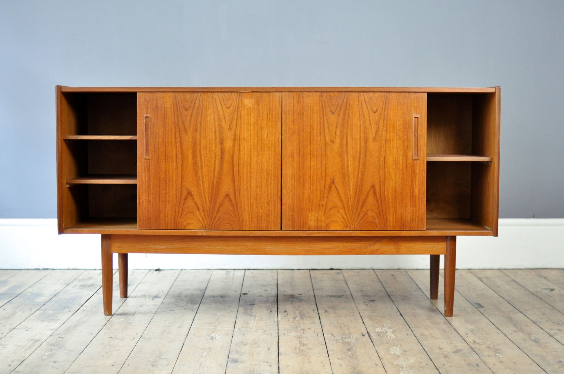 d nisches mid century teak sideboard mit schiebet ren bei pamono kaufen. Black Bedroom Furniture Sets. Home Design Ideas