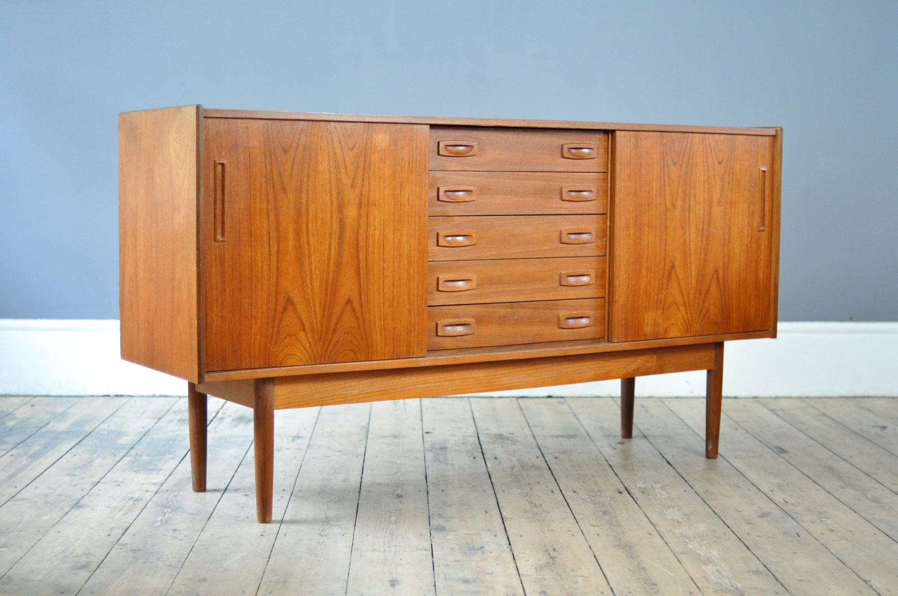 d nisches mid century teak sideboard mit schiebet ren bei. Black Bedroom Furniture Sets. Home Design Ideas