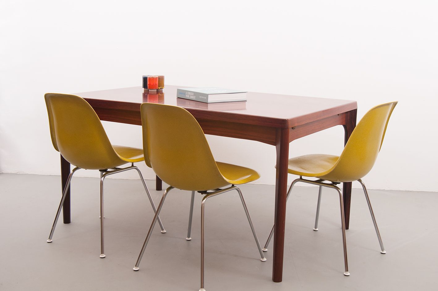 Extensible dining table by henning kj rnulf for vejle for Table extensible 2 a 8 personnes