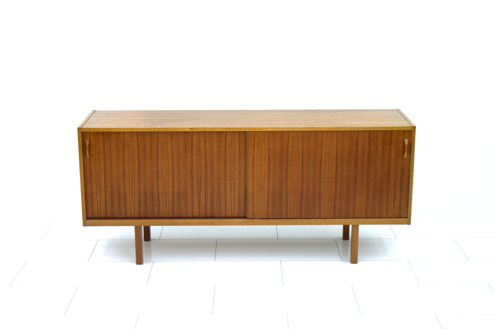schwedisches teak sideboard mit schiebet ren 1960er bei pamono kaufen. Black Bedroom Furniture Sets. Home Design Ideas