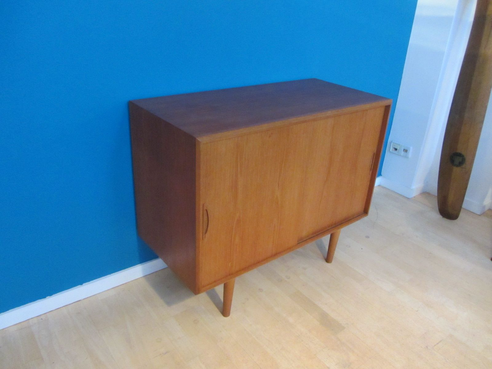 kleines d nisches mid century teak sideboard mit schiebet ren bei pamono kaufen. Black Bedroom Furniture Sets. Home Design Ideas
