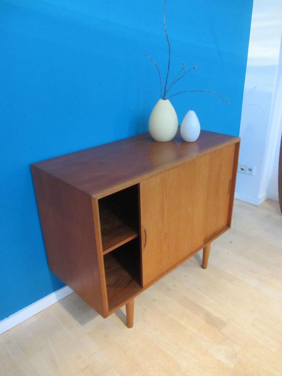 kleines d nisches mid century teak sideboard mit schiebet ren bei pamono kaufen. Black Bedroom Furniture Sets. Home Design Ideas