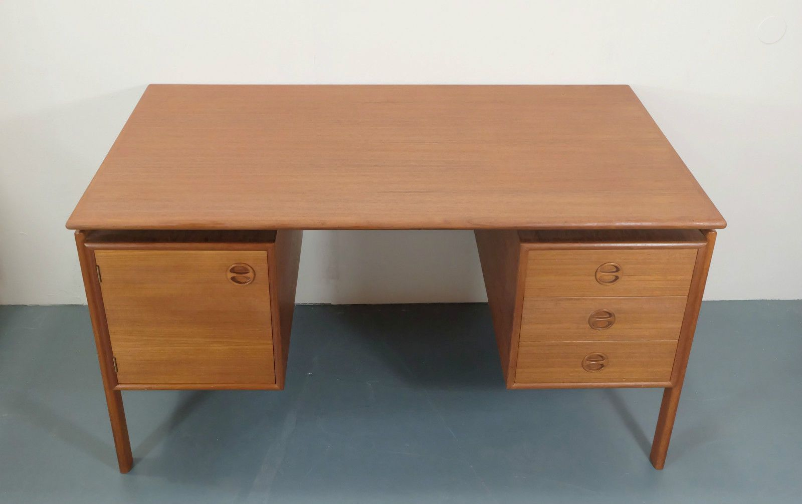Vintage danish teak desk with floating top for sale at pamono for Floating desk for sale