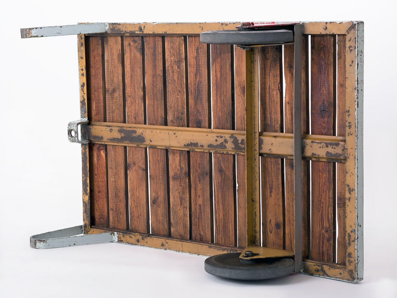 grau roter industrieller couchtisch aus tschechien 1950er bei pamono kaufen. Black Bedroom Furniture Sets. Home Design Ideas
