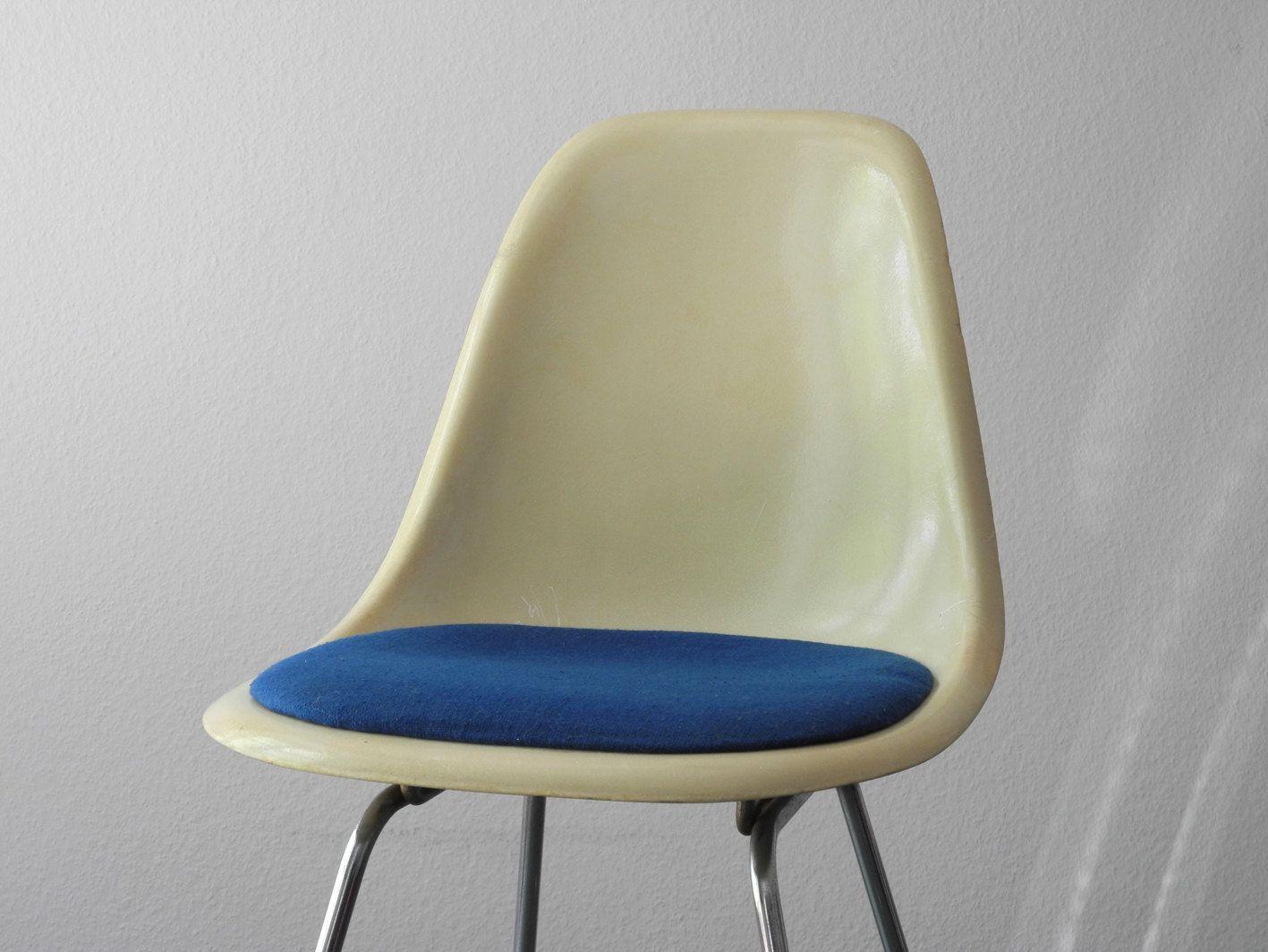 Dsw stuhl mit blauem sitz von charles ray eames f r for Dsw stuhl hamburg
