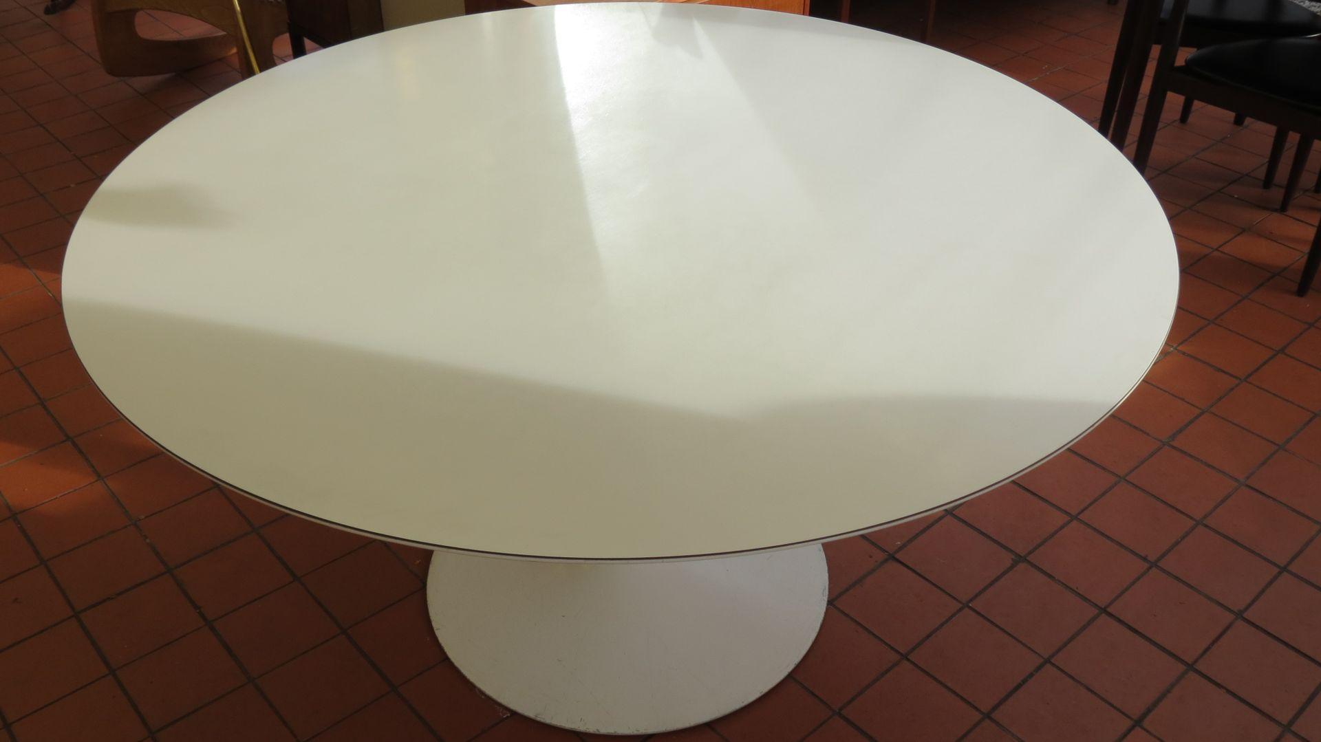 Table de salle manger par eero saarinen pour knoll for Table de salle a manger knoll