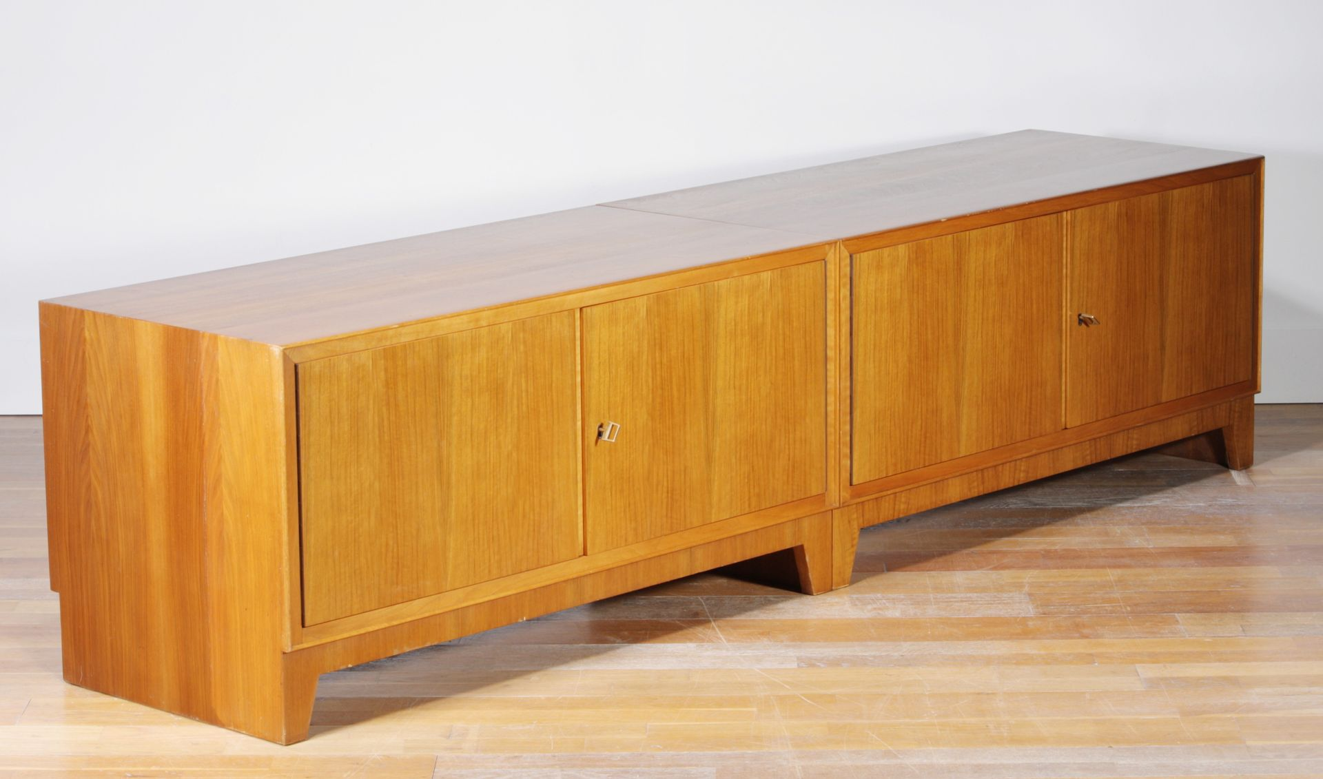 mid century walnuss sideboard mit vier t ren 1950er bei pamono kaufen. Black Bedroom Furniture Sets. Home Design Ideas