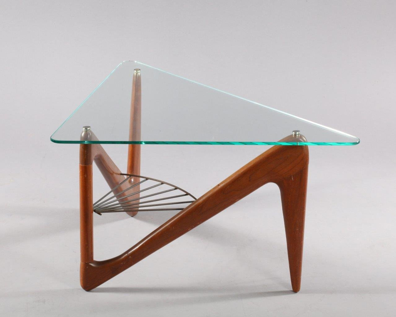table basse triangulaire en palissandre par louis sognot. Black Bedroom Furniture Sets. Home Design Ideas