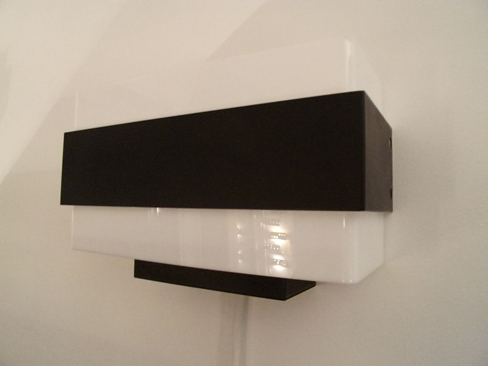 Wall Lamps Philips : Dutch Black Plastic and Lacquered Metal Wall Lamps from Philips, 1962, Set of 2 for sale at Pamono