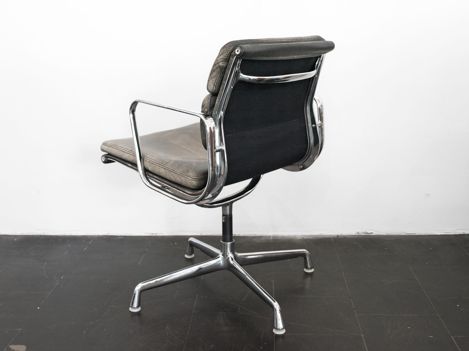 American soft pad ea 208 alu chair by charles ray eames for Eames alu chair nachbau