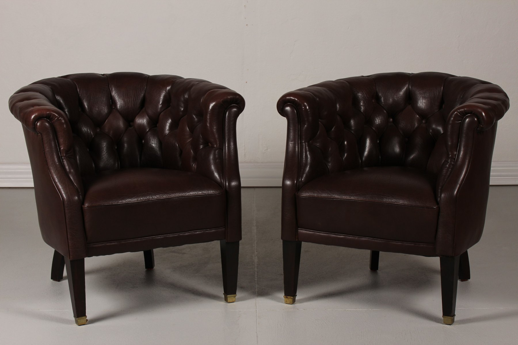 fauteuils chesterfield marron fonc en cuir 1920s set de 2 en vente sur pamono. Black Bedroom Furniture Sets. Home Design Ideas