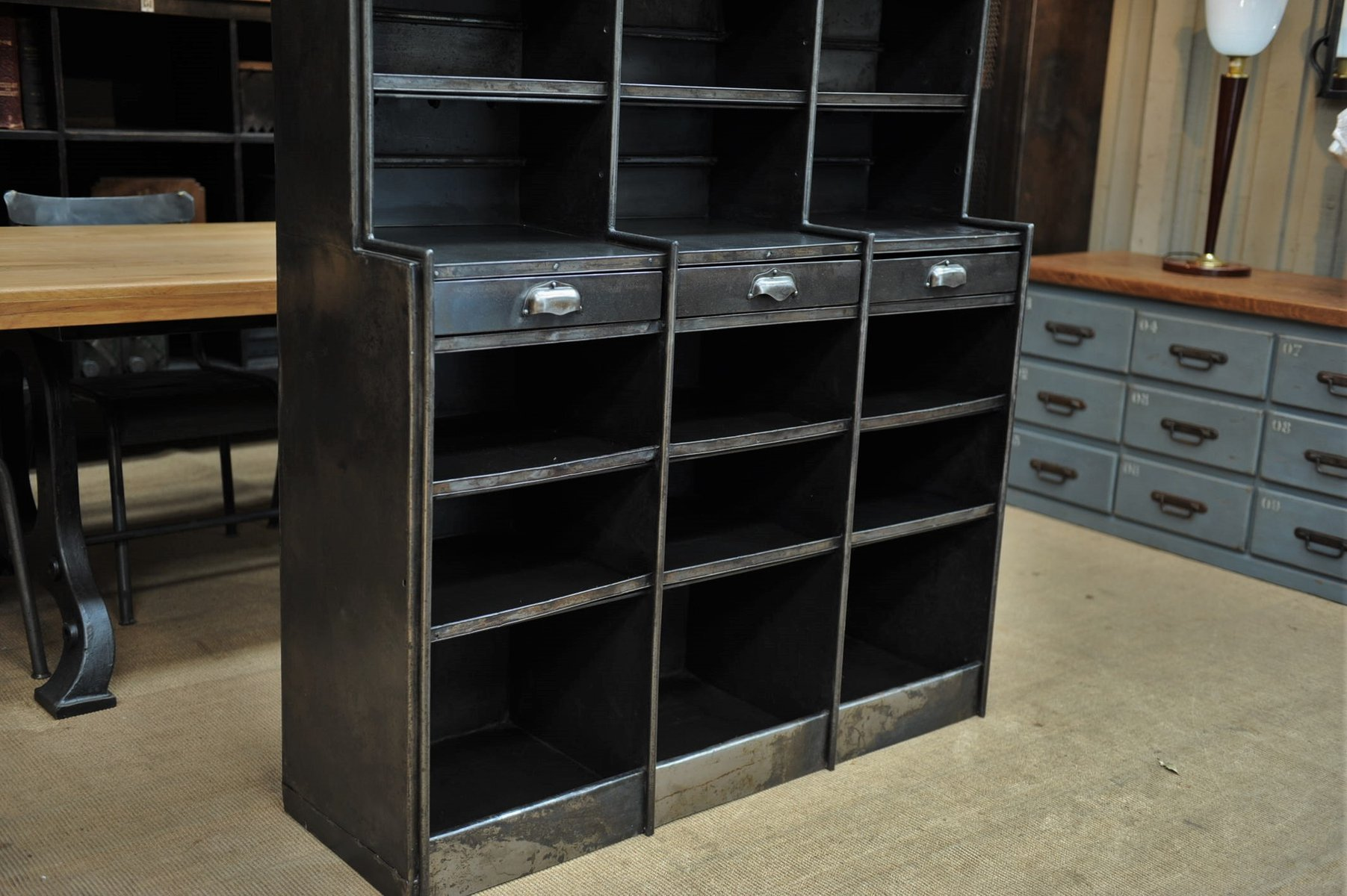armoire industrielle en fer avec etag re et trois tiroirs. Black Bedroom Furniture Sets. Home Design Ideas
