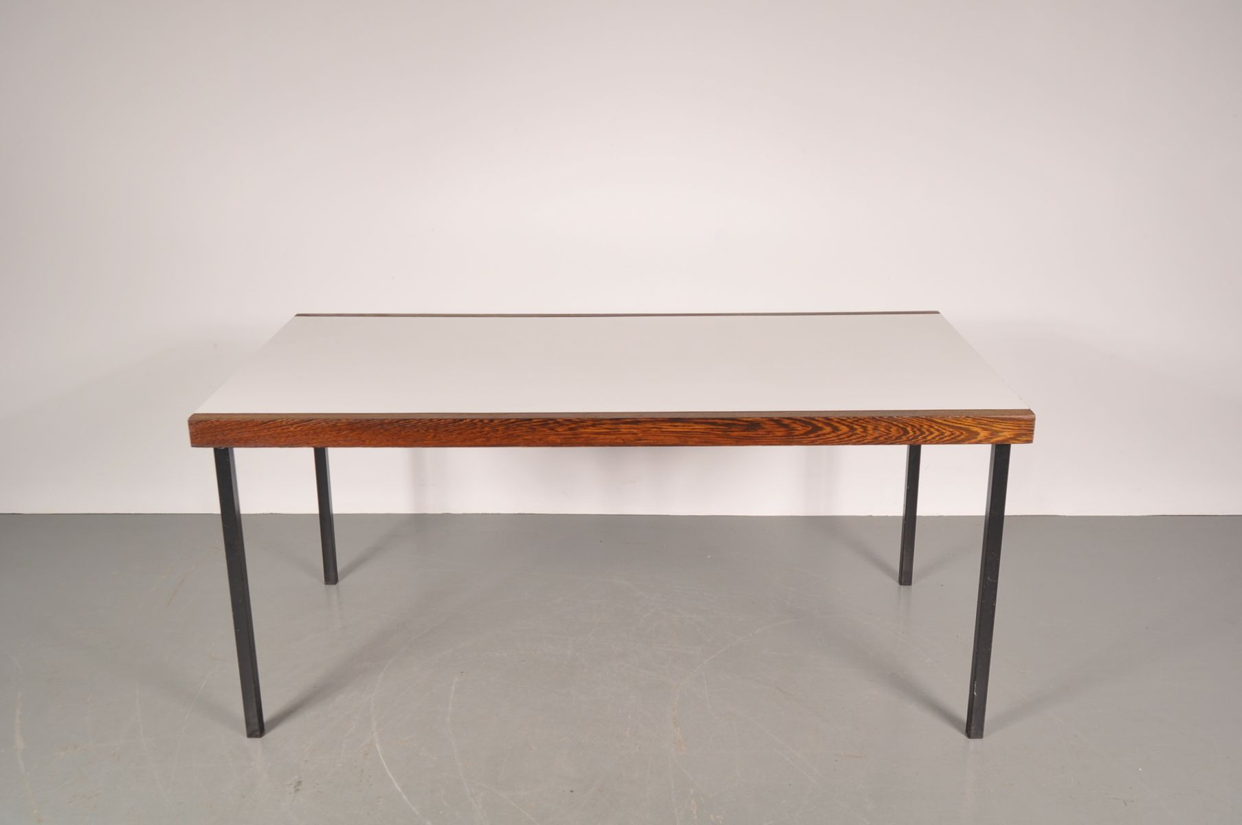 Table de salle manger blanche en weng avec base en for Salle a manger mobel martin