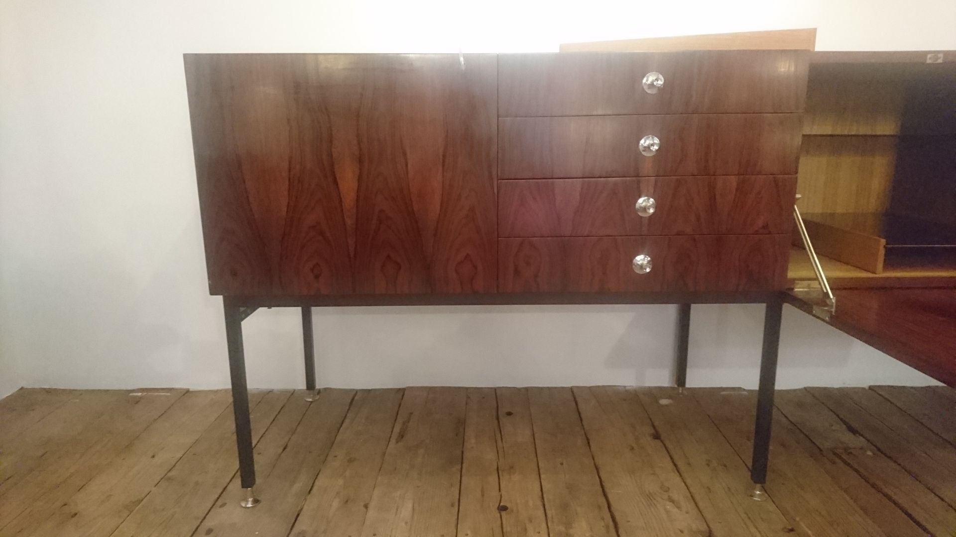French model 802 long rosewood sideboard by alain richard for Modele meuble tv