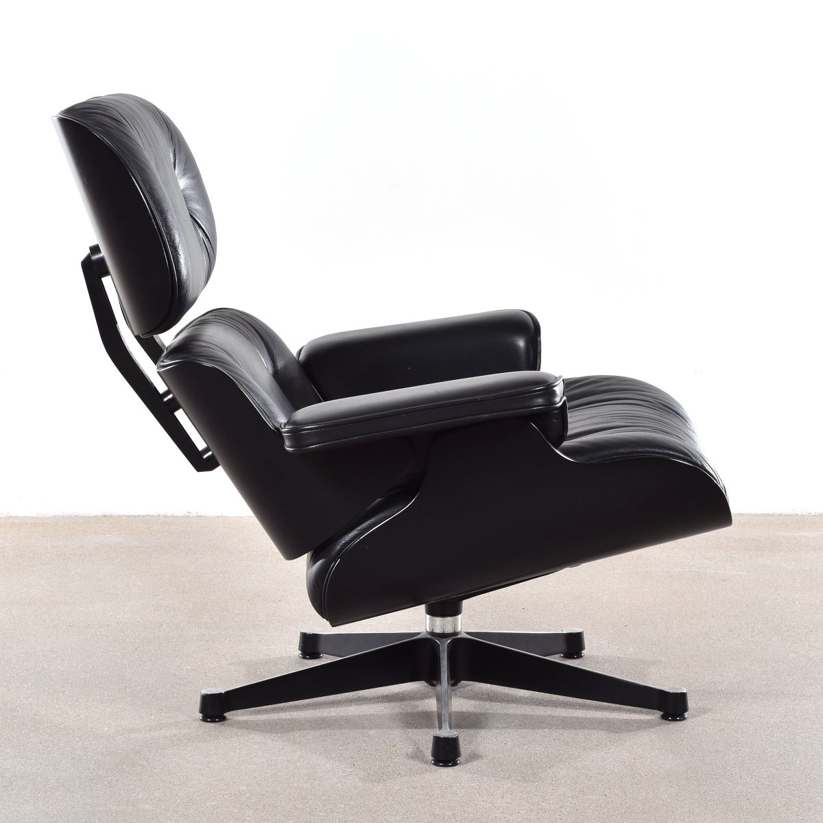 german lounge chair by charles ray eames for vitra 1988. Black Bedroom Furniture Sets. Home Design Ideas
