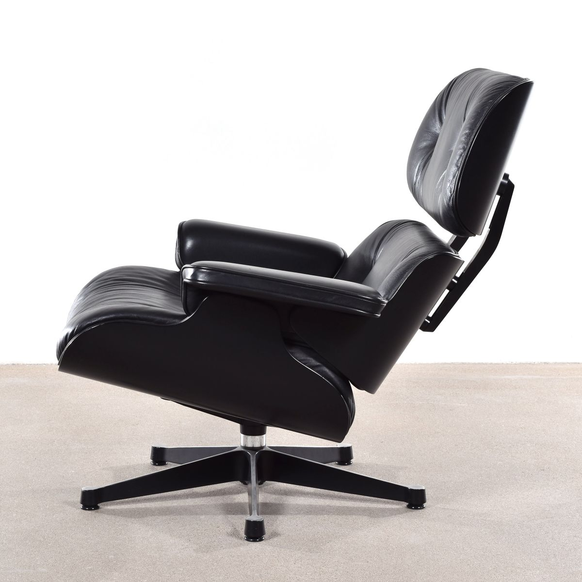 Si ge pivotant noir par charles ray eames pour vitra for Siege eames vitra