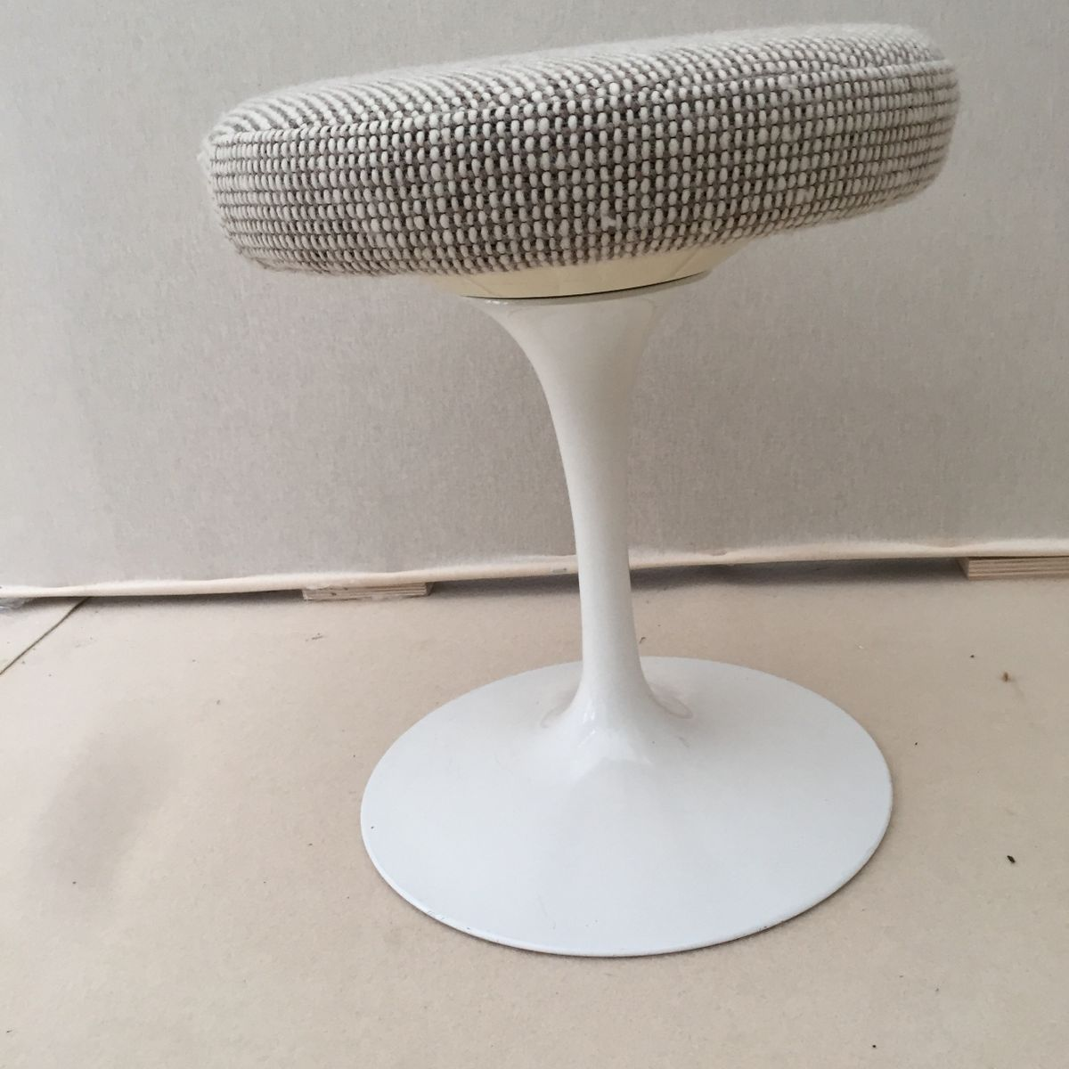 Mid Century Tulip Stool By Eero Saarinen For Knoll For Sale At Pamono