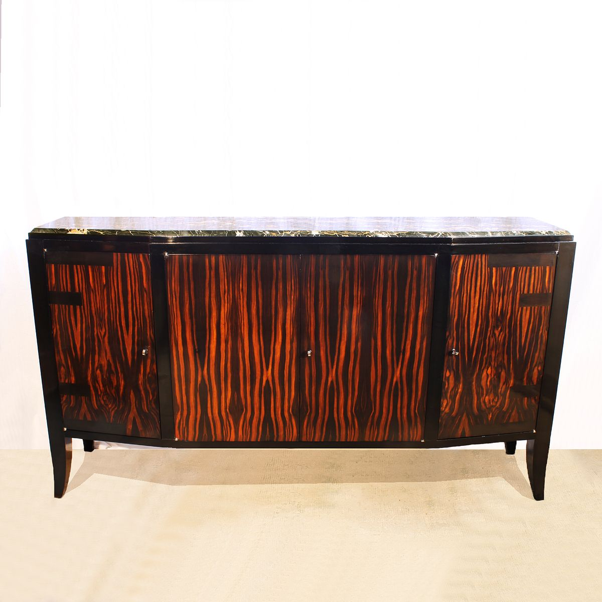 franz sisches art deco sideboard mit vier t ren 1920er. Black Bedroom Furniture Sets. Home Design Ideas