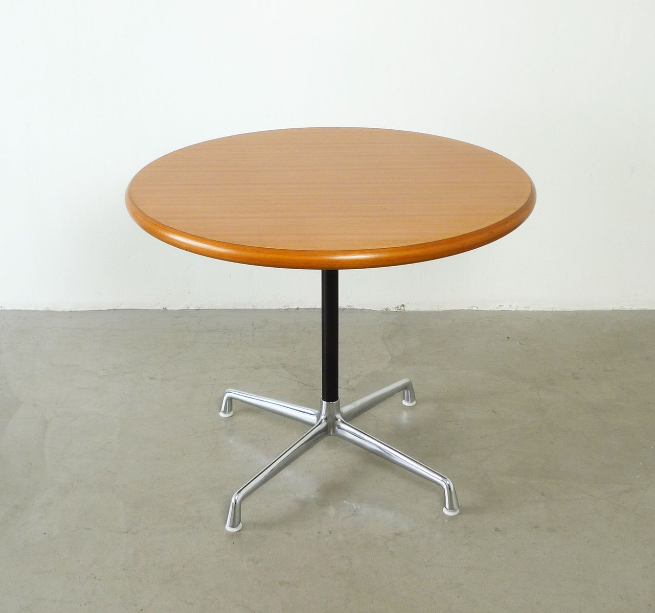 Contract table by charles ray eames for herman miller for Table ronde charles eames