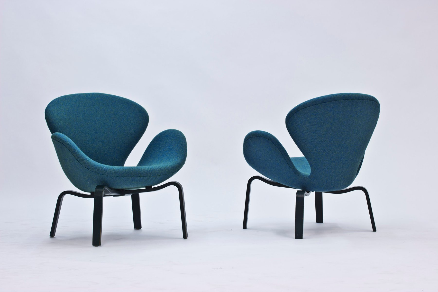 Swan Lounge Chairs by Arne Jacobsen for Fritz Hansen 1969 Set of