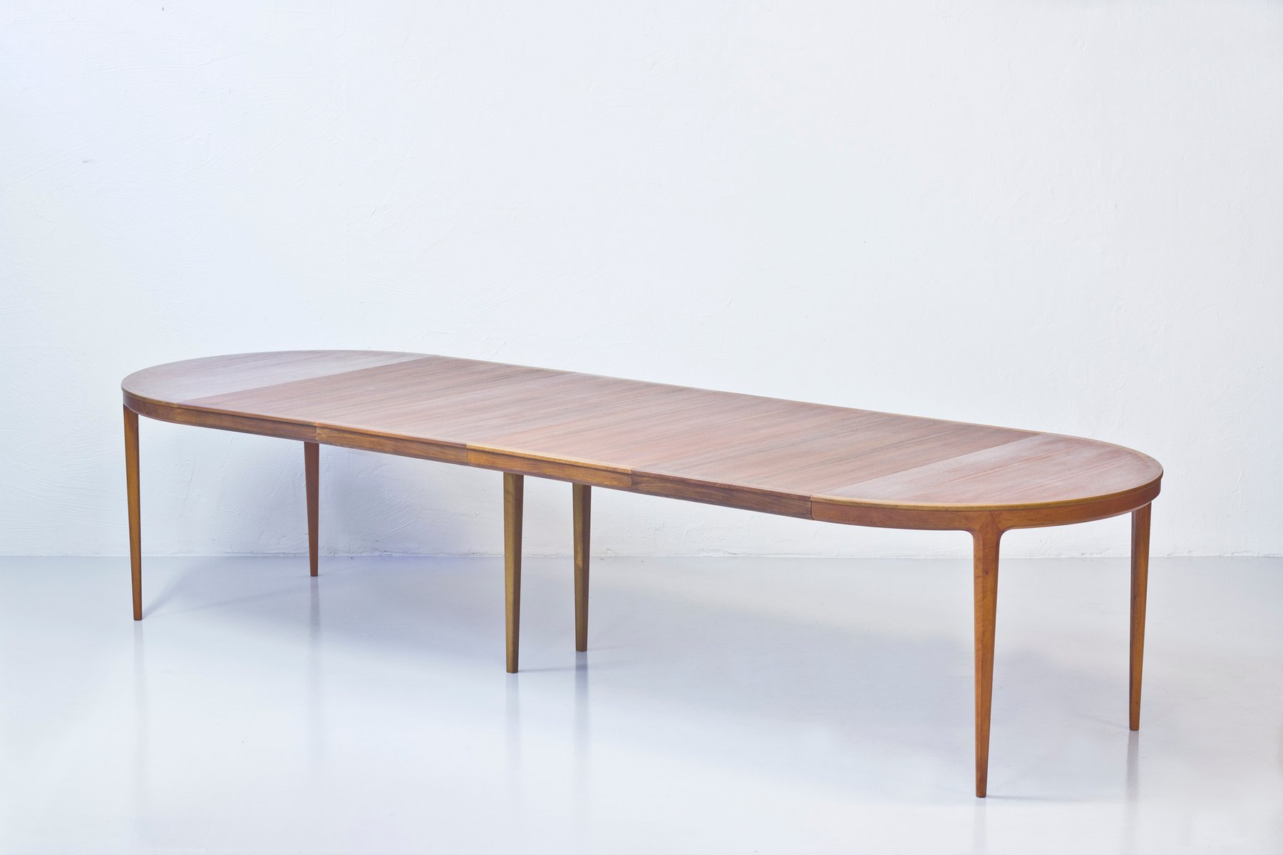 Table ronde pour salle a manger maison design for Salle a manger design table ronde