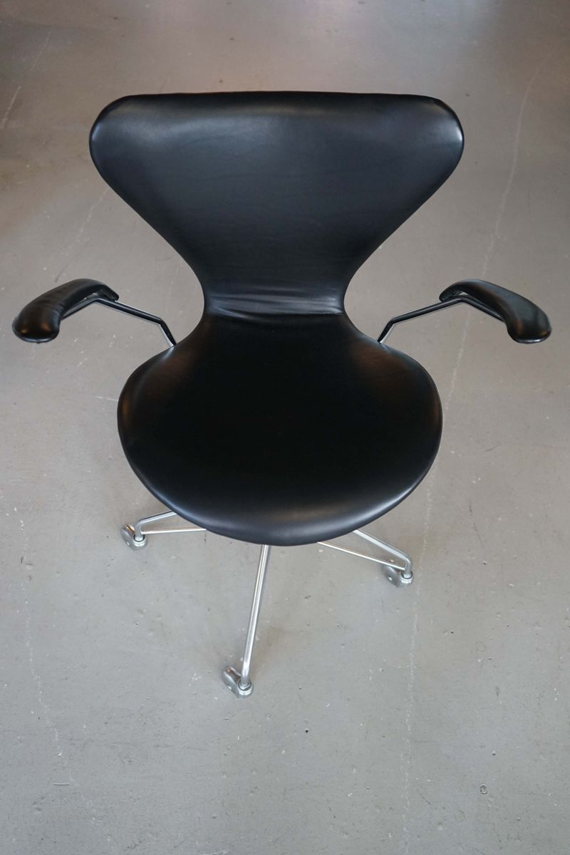 description arne jacobsen office chair