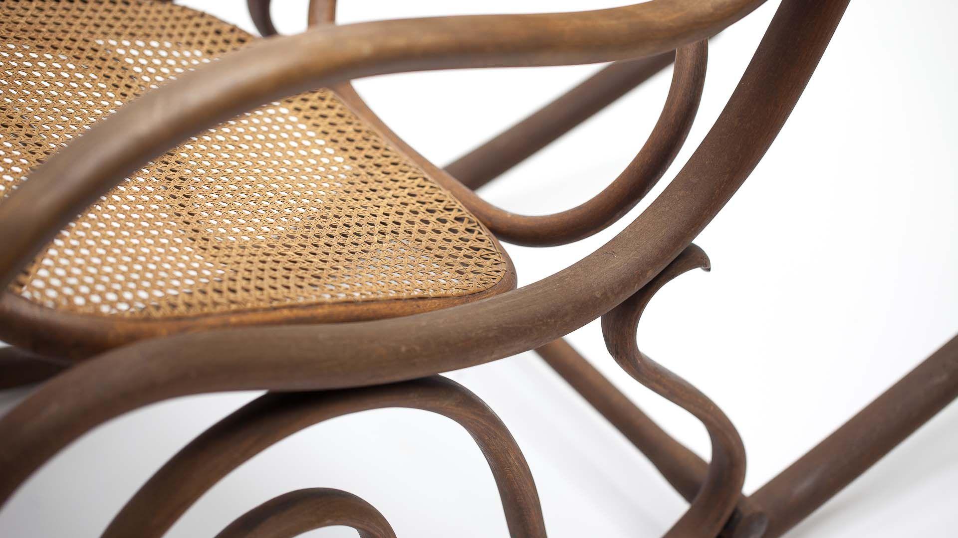 Antiker schaukelstuhl aus rohrgeflecht von michael thonet for Schaukelstuhl englisch